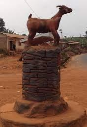 Chevre de bamena statue place village
