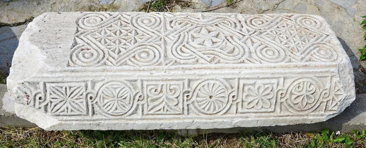 Philadelphie alacehir ancienne pierre gravee de symboles dans le jardin de l eglise saint jean